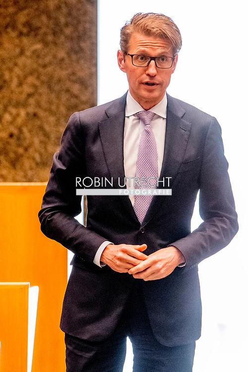 DEN HAAG - Sander Dekker (VVD) legt de eed af tijdens de installatie van de nieuwe Kamerleden na de Tweede Kamerverkiezingen.