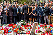 BARCELONA - De Spaanse koning Felipe en koningin Letizia tijdens de kranslegging bij de gedenkplek op La Rambla s ter nagedachtenis aan de slachtoffers van de aanslag. ANP ROYAL IMAGES ROBIN UTRECHT