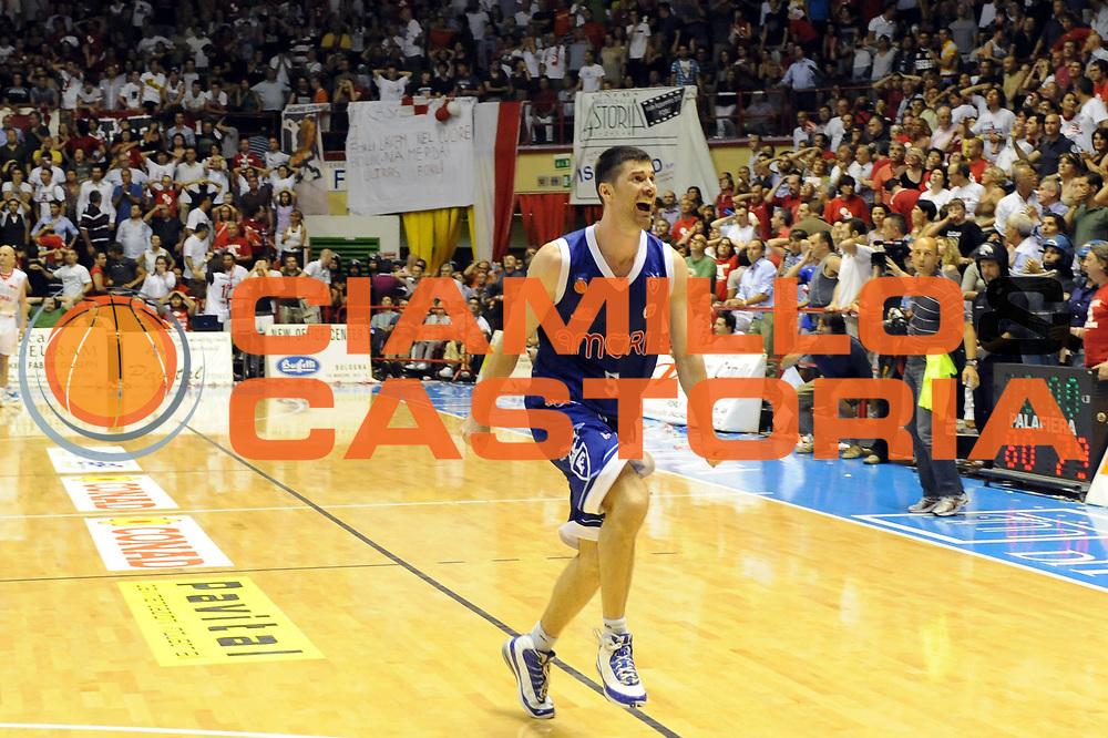 DESCRIZIONE : Forli LNP Lega Nazionale Pallacanestro Serie A Dilettanti 2009-10 Playoff Finale Gara5 Vemsistemi Forli Amori Fortitudo Bologna<br /> GIOCATORE : Matteo Malaventura<br /> SQUADRA : Amori Fortitudo Bologna<br /> EVENTO : Lega Nazionale Pallacanestro 2009-2010 <br /> GARA : Vemsistemi Forli Amori Fortitudo Bologna<br /> DATA : 16/06/2010<br /> CATEGORIA : esultanza<br /> SPORT : Pallacanestro <br /> AUTORE : Agenzia Ciamillo-Castoria/M.Marchi<br /> Galleria : Lega Nazionale Pallacanestro 2009-2010 <br /> Fotonotizia : Forli LNP Lega Nazionale Pallacanestro Serie A Dilettanti 2009-10 Playoff Finale Gara5 Vemsistemi Forli Amori Fortitudo Bologna<br /> Predefinita :