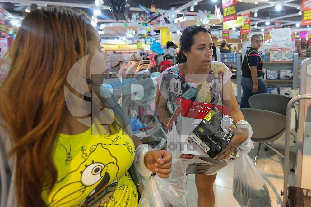 SAO PAULO, SP, 10.01.2014 - MEGALIQUIDACAO - Consumidores aproveitam as promoçoes da loja do Magazine Luiza situada na Marginal Tietê, próximo à ponte da Vila Guilherme, na zona norte da capital paulista, na manha desta sexta-feira, 10. (Foto: Vanessa Carvaho / Brazil Photo Press).