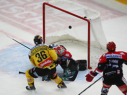 04.01.2017, Albert Schultz Halle, Wien, AUT, EBEL, UPC Vienna Capitals vs HC TWK Innsbruck Die Haie, 39. Runde, im Bild Jerry Pollastrone (UPC Vienna Capitals), Andy Chiodo (HC TWK Innsbruck Die Haie) und Andrew Clark (HC TWK Innsbruck Die Haie) // during the Erste Bank Icehockey League 39th Round match between UPC Vienna Capitals and HC TWK Innsbruck Die Haie at the Albert Schultz Ice Arena, Vienna, Austria on 2017/01/04. EXPA Pictures © 2017, PhotoCredit: EXPA/ Thomas Haumer