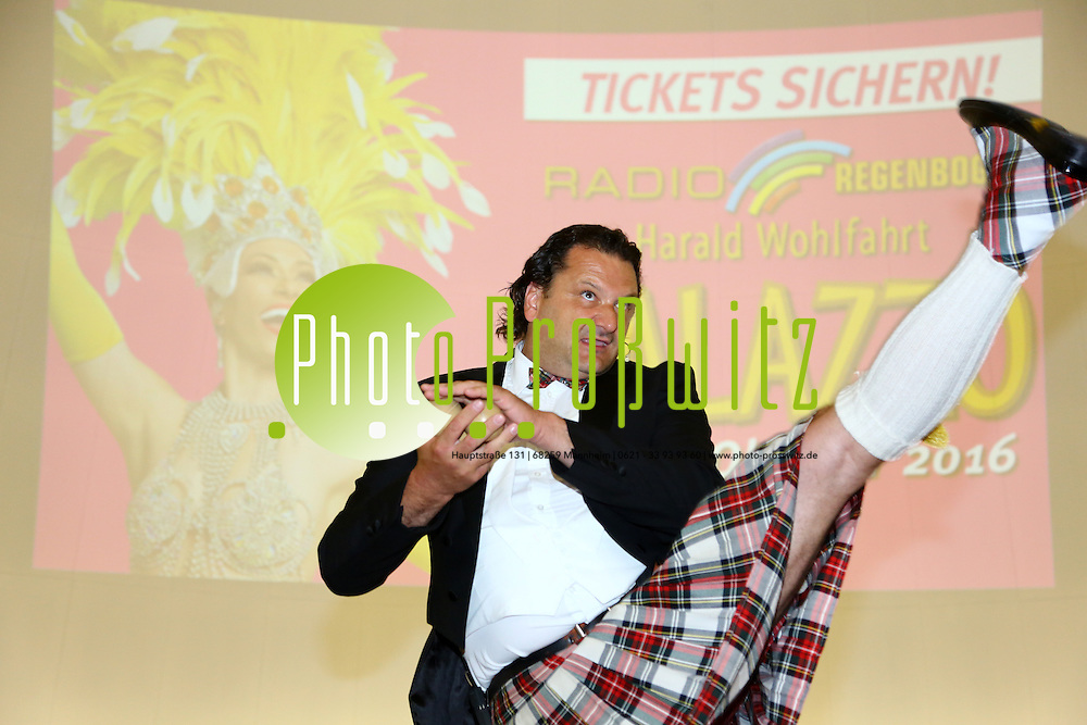 """Mannheim. 20.07.16 Planetarium. Vorstellung des neuen Palazzo Programms für die Spielzeit 2016/17.<br /> unter dem Motto """"Viva la Vida"""" feiert 18. Palazzo-Saison das Leben. Denn das Leben wird nicht gemessen an der Zahl der Atemzüge, sondern an den Momenten, die uns den Atem rauben und es damit unvergesslich machen. Und unter diesem Motto treffen sich ab dem 21. Oktober unter dem Sternenfirmament des Spiegelpalasts am Mannheimer Europaplatz spektakuläre neue Akrobatik-Highlights aus der internationalen Showszene und die Lieblings-Topacts aus den vergangenen Spielzeiten des Radio Regenbogen Harald Wohlfahrt Palazzo.<br />  <br /> In einer Pressekonferenz im Mannheimer Planetarium stellten heute die beiden Palazzo-Produzenten Gregor Spachmann und Rolf Balschbach das neue Programm vor.<br /> <br /> - Steve Eleky<br /> Bild: Markus Prosswitz 20JUL16 / masterpress (Bild ist honorarpflichtig - No Model Release!)"""