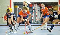 HEEMSKERK- Zaalhockey - Bloemendaal-Pinoke .  Annemieke Schildmeijer (m) van Bloemendaal met Jolanda Plijter van Pinoke (r) .  Copyright Koen Suyk