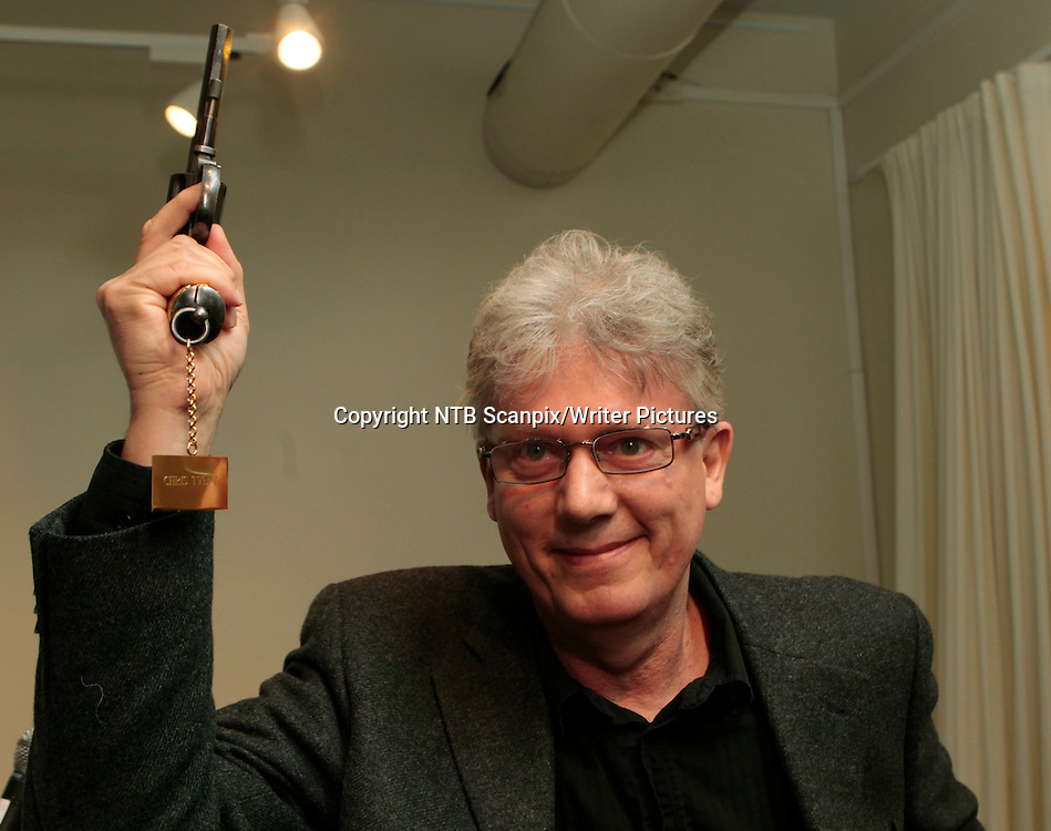 OSLO  20110405.<br /> Chris Tvedt ble tirsdag tildelt Rivertonprisen - Den gyldne revolver - for &Acirc;ret 2010 for boka &acute;D&macr;dens sirkel&ordf;.   <br /> Foto: Morten Holm / Scanpix<br /> <br /> NTB Scanpix/Writer Pictures<br /> <br /> WORLD RIGHTS, DIRECT SALES ONLY, NO AGENCY