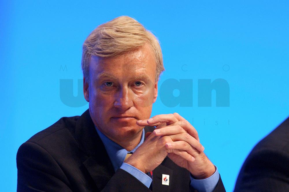 11 NOV 2002, HANNOVER/GERMANY:<br /> Ole von Beust, CDU, 1. Buergermeister Hamburg, faltet die Haende, CDU Bundesparteitag, Hannover Messe<br /> IMAGE: 20021111-01-163<br /> KEYWORDS: Parteitag, party congress, B&uuml;rgermeister, H&auml;nde