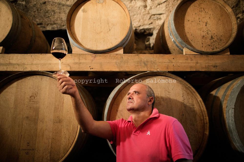 Tramonti, Italia - Gaetano Bove, produttore vinicolo, assaggia un o dei suoi vini prodotti dalla sua azienda Tenuta San Francesco.<br /> Ph. Roberto Salomone