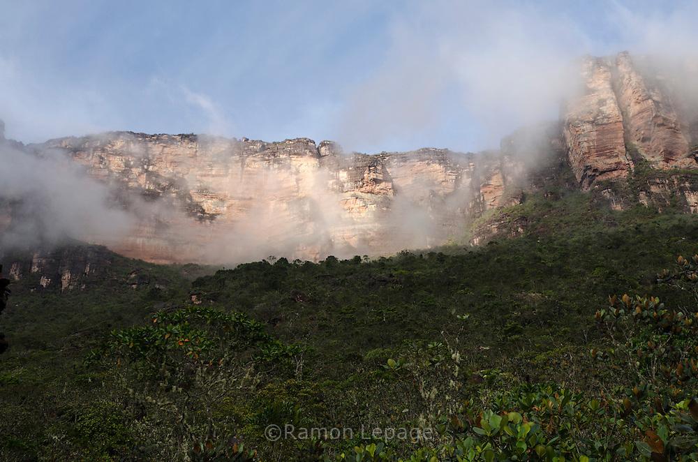 """AUYANTEPUY, VENEZUELA. Vista del tepuy desde el campamento el Peñon. El Auyantepuy es el mayor de los tepuis del Parque Nacional Canaima. En sus 700 kms2 alberga el salto angel o conocido por lengua indígena Pemon como """"Kerepacupai Vena; es la caída de agua más grande del mundo con sus 979 metros de altura. (Ramon lepage /Orinoquiaphoto/LatinContent/Getty Images)"""