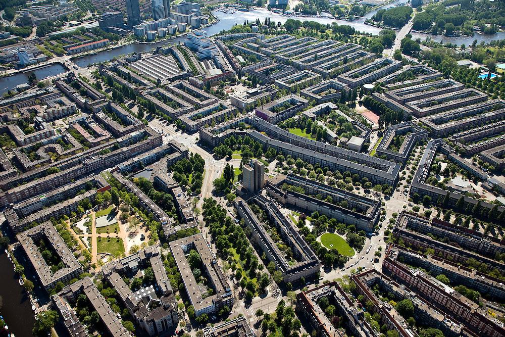 Nederland, Amsterdam, Rivierenbuurt, 12-05-2009; Overzicht Rivierenbuurt met centraal het Victorieplein. Schuin naar linksboven Vrijheidslaan naar de Amstel en Berlagebrug. In het midden de 'de Wolkenkrabber' van architect J.F. Staal (het 12-verdiepingenhuis) met daarachter het Merwedeplein (straat van Anne Frank). Vanaf het Victorieplein aan weerzijden van het Merwedeplein de Churchilllaan en de Rooseveltlaan, die doorsneden worden door de Maasstraat (halve cirkel rechtsonder). Air view on the architectural design of architect Berlage and the river Amstel in the South of Amsterdam. The famous Wolkenkrabber (Scyscraper) in the centre of the design..Swart collectie, luchtfoto (toeslag); Swart Collection, aerial photo (additional fee required).foto Siebe Swart / photo Siebe Swart