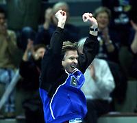 Håndball, europacup  herrer, 15. desember 2001. Drammen Håndballklubb - Doukas School 29-21. Gunnar Pettersen jubler for scoring. Landslagstreneren var lagleder for Drammen i kampen.