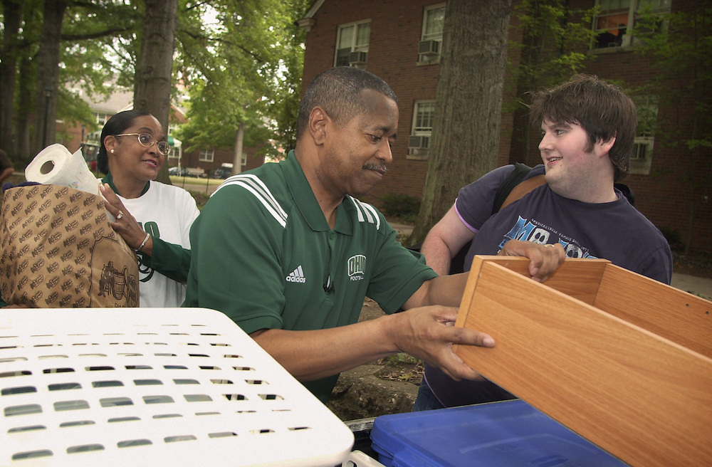 16596President McDavis greeting freshman students moving in Dorms visiting Lincoln Hall..Ryan Lynch