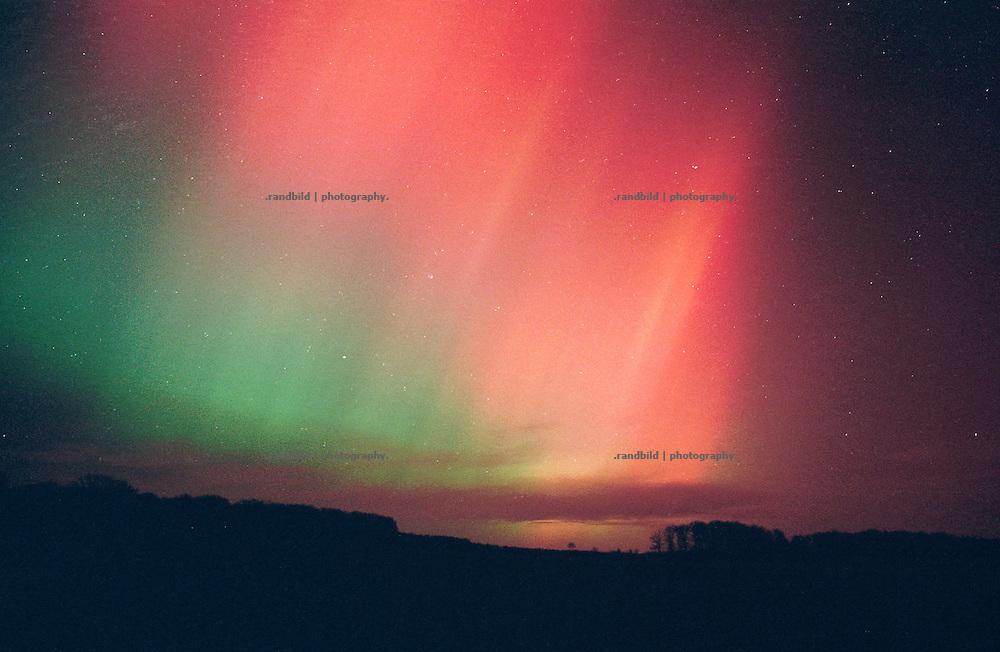 Polarlichter tauchen nachts den norddeutschen Himmel in bunte und sich ständigt verändernde Farben. Aurora borealis Waving over North Germany