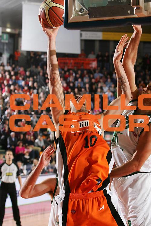DESCRIZIONE : Udine Lega A1 2005-06 Snaidero Udine Montepaschi Siena <br /> GIOCATORE : Di Giuliomaria <br /> SQUADRA : Snaidero Udine <br /> EVENTO : Campionato Lega A1 2005-2006 <br /> GARA : Snaidero Udine Montepaschi Siena <br /> DATA : 05/03/2006 <br /> CATEGORIA : Tiro <br /> SPORT : Pallacanestro <br /> AUTORE : Agenzia Ciamillo-Castoria/S.Silvestri <br /> Galleria : Lega Basket A1 2005-2006 <br /> Fotonotizia : Udine Campionato Italiano Lega A1 2005-2006 Snaidero Udine Montepaschi Siena <br /> Predefinita :