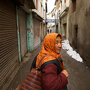 Dans une rue de Leh, Ladakh, Inde 2010.<br /> <br /> Si le Ladakh attire grand nombre de trekkeurs en &eacute;t&eacute;, durant les longs mois d'hiver la plupart des boutiques et commerces restent ferm&eacute;s.