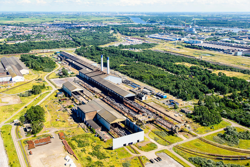 Nederland, Noord-Holland, IJmuiden, 01-08-2016; Velsen-Noord, terrein van Tata Steel met in de voorgrond Walserij (gedeeltelijk ontmanteld).<br /> Tata Steel industrial site, steel works.<br /> <br /> luchtfoto (toeslag op standard tarieven);<br /> aerial photo (additional fee required);<br /> copyright foto/photo Siebe Swart