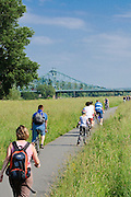 Radfahrer, Fahrradweg an der Elbe, Blaues Wunder, Loschwitz, Dresden, Sachsen, Deutschland.|.cyclists, bike path near river Elbe, Blaues Wunder (Bridge Blue Wonder), Loschwitz, Dresden, Germany