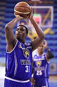 DESCRIZIONE : Porto San Giorgio PreCampionato Lega A 2015-16 Vanoli Cremona Banvit Basketbol GIOCATORE : Elston Turner<br /> CATEGORIA : Tiro Libero<br /> SQUADRA : Vanoli Cremona<br /> EVENTO :  PreCampionato Lega A 2015-16<br /> GARA : Vanoli Cremona Banvit Basketbol <br /> DATA : 04/09/2015<br /> SPORT : Pallacanestro <br /> AUTORE : Agenzia Ciamillo-Castoria/A.Giberti<br /> Galleria :  Campionato Lega A 2015-16  <br /> Fotonotizia :  Vanoli Cremona Banvit Basketbol <br /> Predefinita :