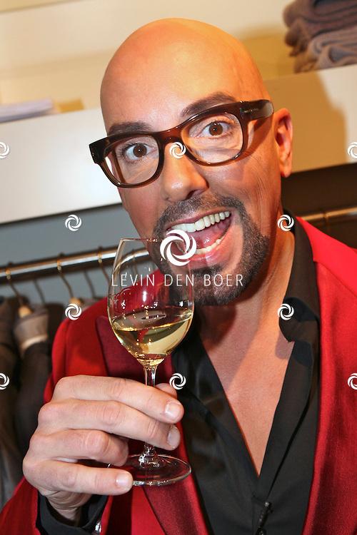 AMSTERDAM - In de PC Hooftstraat bij de bekende winkel OGER werd een Dress en Drinks evenement gehouden. De nieuwste collectie van Oger werd gepresenteerd en gelijk ook de daarbij behorende Chateau wijnen. Met op de foto Michael Stephanus Maria (Maik) de Boer. FOTO LEVIN DEN BOER - PERSFOTO.NU