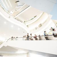 Bangkok, Thailande 24 mars 2014 -  Siam Paragon &Dagger; Bangkok est un grand centre commercial d&iacute;une superficie de 500 000 m&le; d&Egrave;di&Egrave; aux articles de mode et aux produits de luxe. Depuis son ouverture en d&Egrave;cembre 2005, le Siam Paragon a voulu se positionner sur le haut de gamme voire du tr&Euml;s haut de gamme. <br /> Le Complexe compte plus de 300 boutiques de marques internationales et locales de luxe, dont des boutiques de cr&Egrave;ateurs et designers de premier ordre tels que Gucci, Prada, Paul Smith, ou encore Chanel.