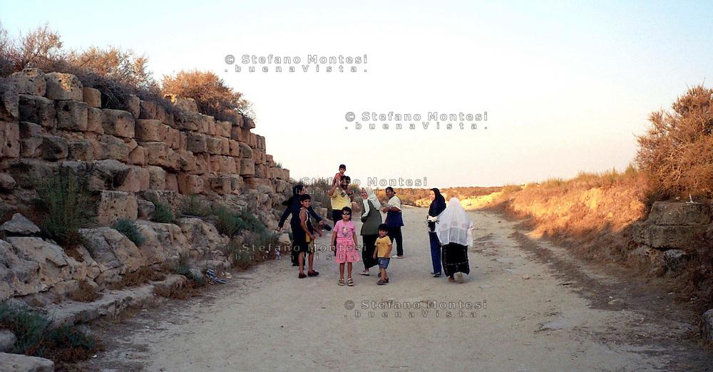 Libia  Sabratha .Citt&agrave;  romana a circa 67km da Tripoli.Famiglia di libici in visita alle rovine.<br /> Sabratha Libya. Roman city about 67km from Tripoli. Libyan family visiting the ruins
