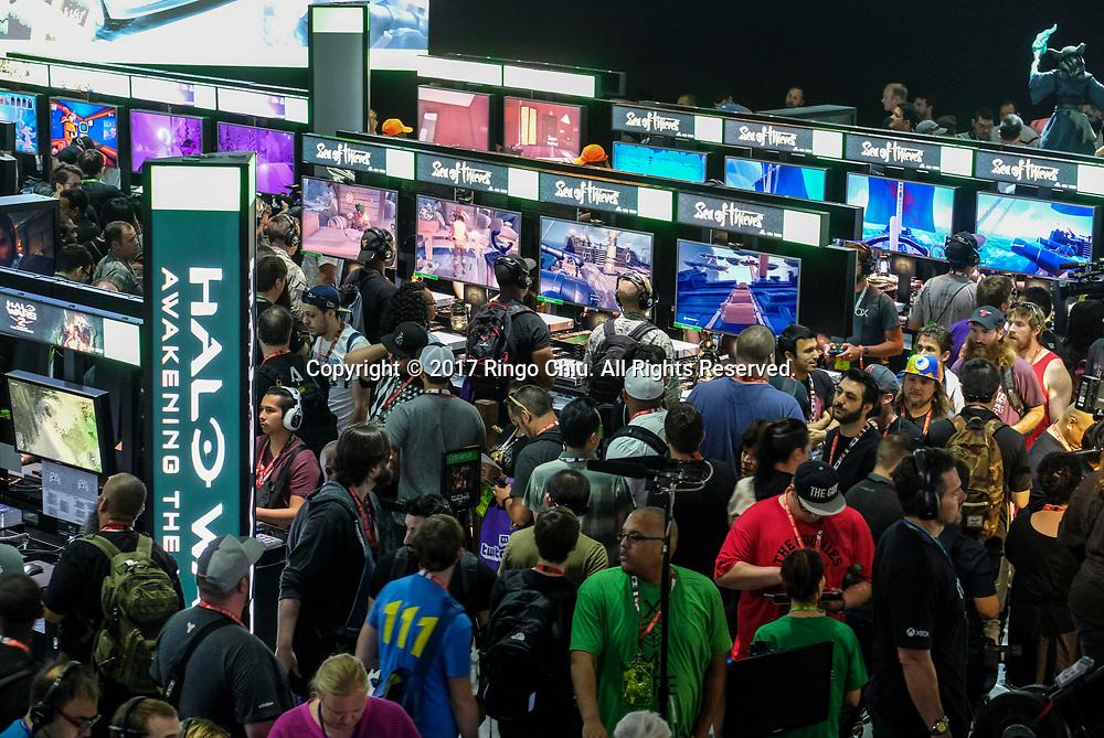 6月13日,电子游戏爱好者在美国洛杉矶举办的E3电子娱乐展上感受新款电子游戏。当日,一年一度的E3电子娱乐展在洛杉矶会议展览中心正式开幕。新华社发 (赵汉荣摄)<br /> Game enthusiasts try the new games during the Electronic and Entertainment Expo (E3) at the Convention Center in Los Angeles, the United States, on June 13, 2017. (Xinhua/Zhao Hanrong) (Photo by Ringo Chiu)<br /> <br /> Usage Notes: This content is intended for editorial use only. For other uses, additional clearances may be required.