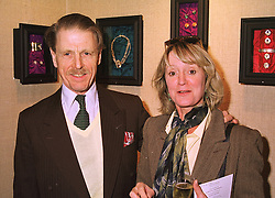 Actor EDWARD FOX and JOANNE DAVID at an exhibition in London on 14th September 1998.MJY 19