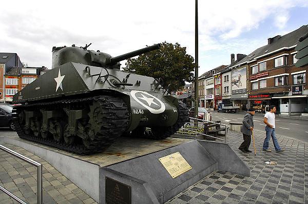 Belgie, Bastogne, 23-9-2008Een sherman tank staat op het marktplein in het centrum van deze stad in Wallonie. In de ardennen lanceerden Duitsland eind 1944 een offensief in een wanhoipige poging het front in het westen te breken. Amerikaanse soldaten van de 101ste parachutisten divisie hielden hier stand en beslisten daarmee de strijd. A Sherman tank is on the market square in the center of this town in Wallonie. In the Arden end of 1944 Germany launched an offensive in an attempt wanhoipige the front in the west to break. American soldiers of the paratroopers division 101ste held position and decided this battle of the BulgeFoto: Flip Franssen/Hollandse Hoogte