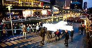 ROTTERDAM - De processie met het kruis op weg naar de Erasmusbrug in het kader van het spektakel The Passion.The Passion vertelt het lijdensverhaal van Jezus, in scènes in de hele stad met bekende artiesten. ROBIN UTRECHT