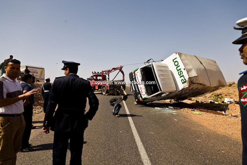 truck . accident on the road to  Ourzazate   - Moroco   ///  un camion renverse. accident sur la route Ouarzazate   - Maroc  ///  MAROC0002