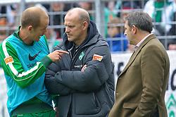 30.10.2010, Weser Stadion, Bremen, GER, 1.FBL, Werder Bremen vs 1. FC 1. FC Nürnberg im Bild   Petri Pasanen ( Werder #03 ) erklaert Thomas Schaaf ( Werder  - Trainer  COACH) das er verletzt ist re Klaus Allofs  (Geschäftsführer Profifußball - GER)  EXPA Pictures © 2010, PhotoCredit: EXPA/ nph/  Kokenge+++++ ATTENTION - OUT OF GER +++++