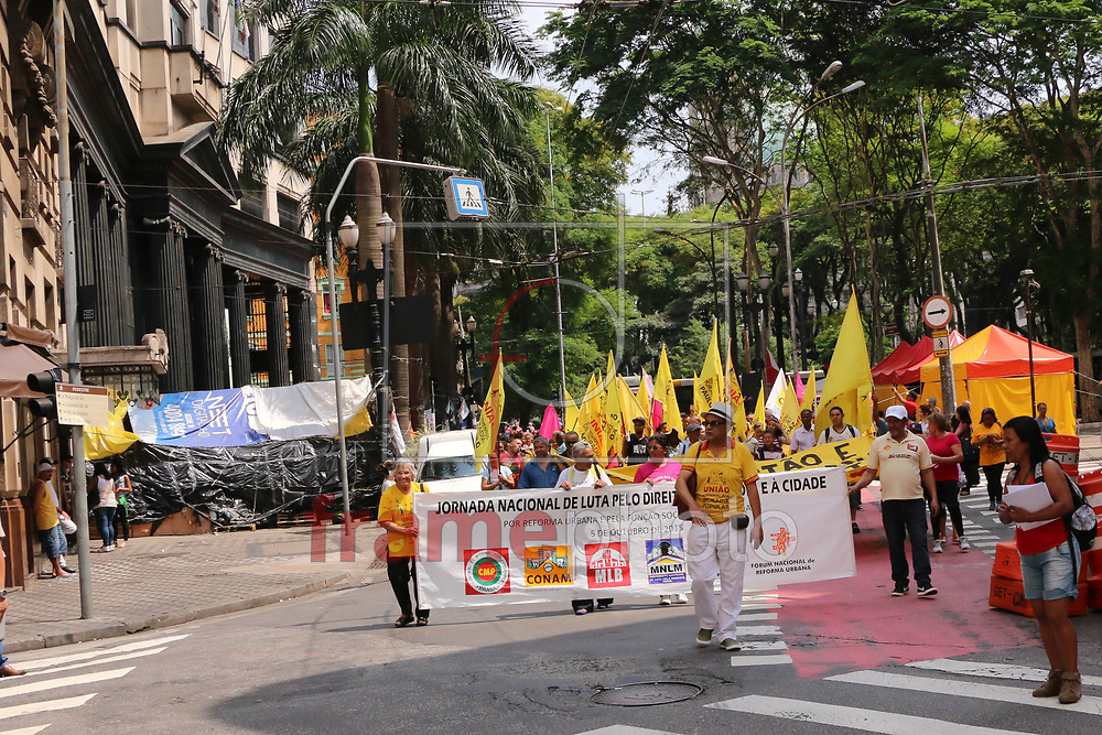 PROTESTO POR MORADIA NA RUA LIBERO BADARÓ - SP - 21/10/2015 Ativistas de diversos movimentos de direitos por moradia se reuniram na Praça da Sé, no centro de São Paulo, e saíram em caminhada pelas ruas Boa Vista e Líbero Badaró, rumo à Secretaria de Habitação.  Foto: Marcelo S. Camargo/FramePhoto
