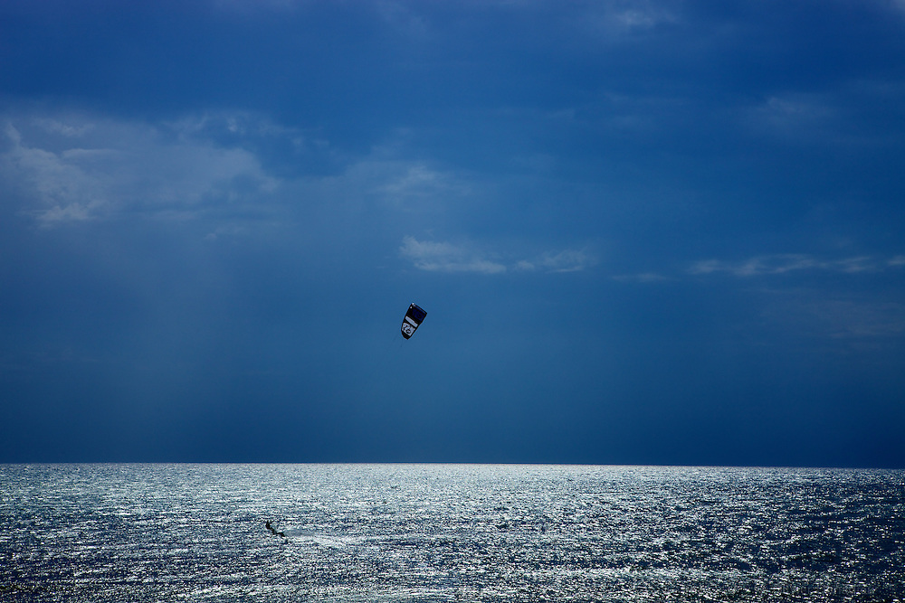 Kite surfer in Agrigento, Italy. Kite-surfeur en Sicile.