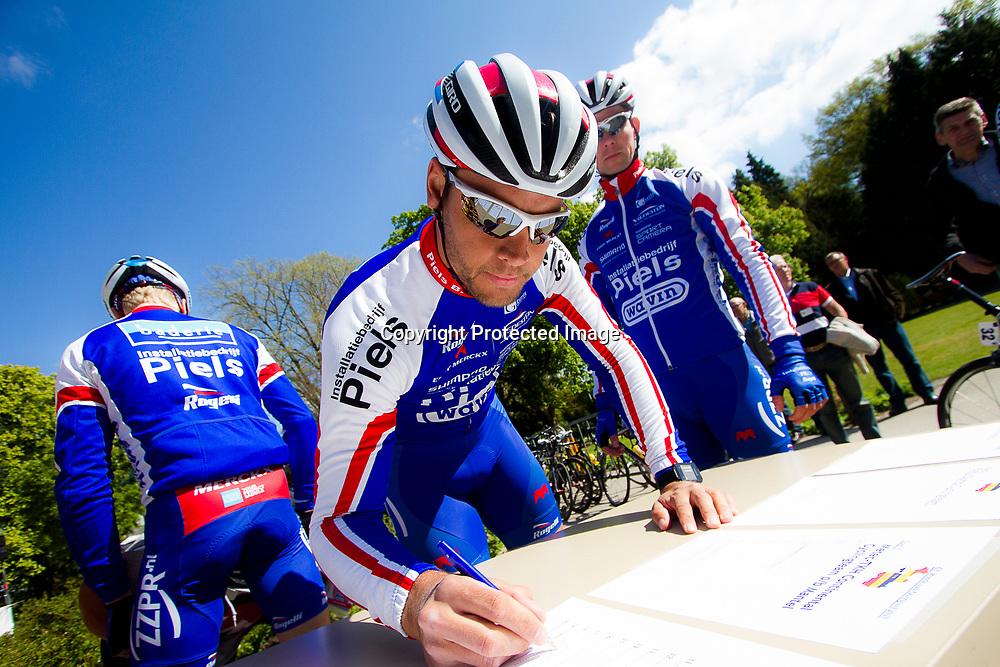 2-05-2015: Wielrennen: Ronde van Overijssel mannen: Rijssen  <br />RIJSSEN (NED) wielrennen:  De 63e ronde van Overijssel heeft als zwaarte punt de heuveltjes rond Ootmarsum en de Sallandse heuvelrug. Net als in de ronde van Vlaanderen kent men in Overijssel het dorp van de ronde. In 2015 is de eer aan Markelo.<br />Jeff Vermeulen tekent voor aan het vertrek staan bij  de wedstrijd