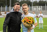 Anders Holst (FC Helsingør) får overrakt blomster af Sporting Director Matt Barnes før kampen i 2. Division mellem FC Helsingør og Holbæk B&I den 6. september 2019 på Helsingør Ny Stadion (Foto: Claus Birch).