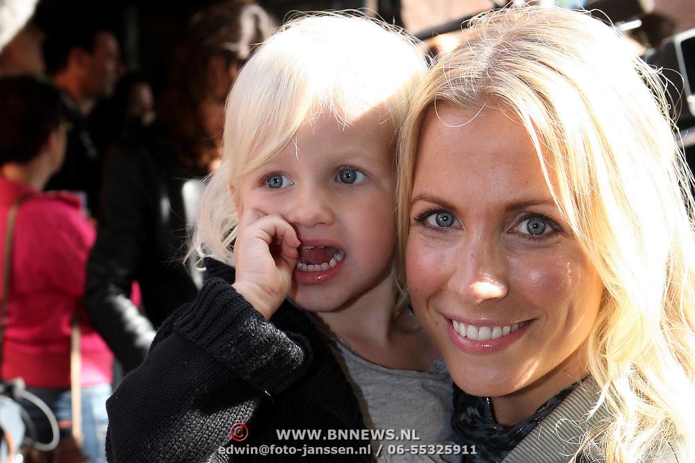 NLD/Den Bosch/20070930 - Premiere de Fabeltjeskrant, Vivian Reys en dochter Day