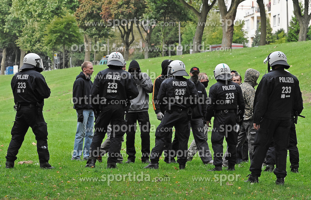 07.09.2010, Weserstadion, Bremen, GER, Polizeiübung / Polizeiuebung, im Bild Polizisten versperren einer Fangruppe den Weg   EXPA Pictures © 2010, PhotoCredit: EXPA/ nph/  Frisch+++++ ATTENTION - OUT OF GER +++++ / SPORTIDA PHOTO AGENCY
