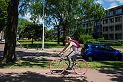 In Eindhoven rijdt een vrouw op een fiets met roze banden.<br /> <br /> In Eindhoven a woman rides a bicycle with pink tires.