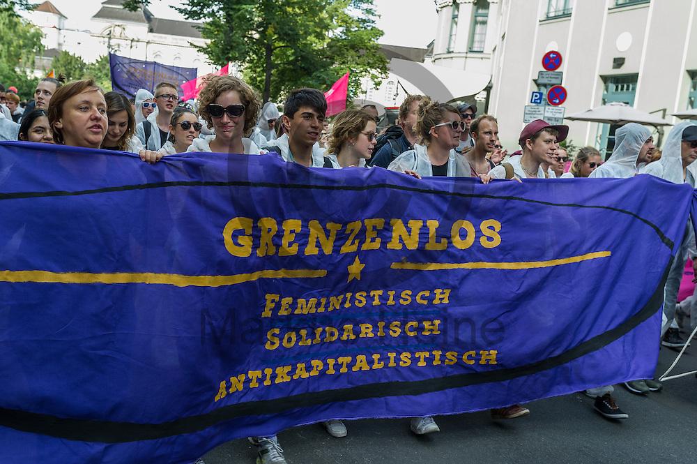 &quot;Grenzenlos Solidarisch&quot; steht w&auml;hrend der Demonstration gegen Rassismus und AfD am 03.09.2016 in Berlin, Deutschland auf dem Fronttransparent eines Blocks. Mehrere Tausend Menschen demonstrierten gegen Rassismus und die pechpopulistische AfD. Foto: Markus Heine / heineimaging<br /> <br /> ------------------------------<br /> <br /> Ver&ouml;ffentlichung nur mit Fotografennennung, sowie gegen Honorar und Belegexemplar.<br /> <br /> Bankverbindung:<br /> IBAN: DE65660908000004437497<br /> BIC CODE: GENODE61BBB<br /> Badische Beamten Bank Karlsruhe<br /> <br /> USt-IdNr: DE291853306<br /> <br /> Please note:<br /> All rights reserved! Don't publish without copyright!<br /> <br /> Stand: 09.2016<br /> <br /> ------------------------------