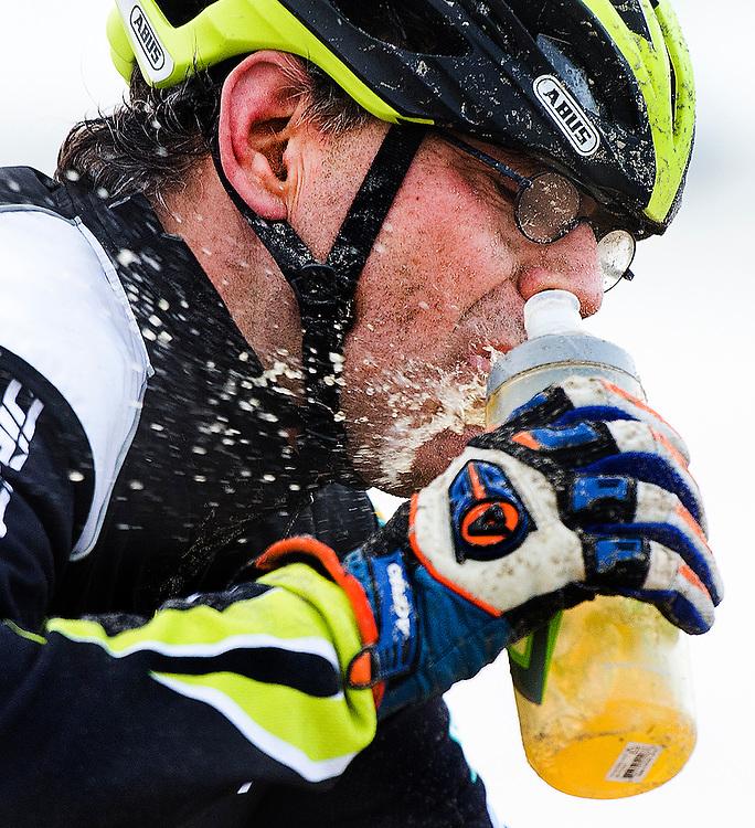 Nederland, Egmond aan Zee, 10-01-2015.<br /> Wielrennen, Mountainbike.<br /> Egond - Pier - Egmond.<br /> In de keiharde storm is het zelfs lastig drinken op de fiets.<br /> Foto : Klaas Jan van der Weij