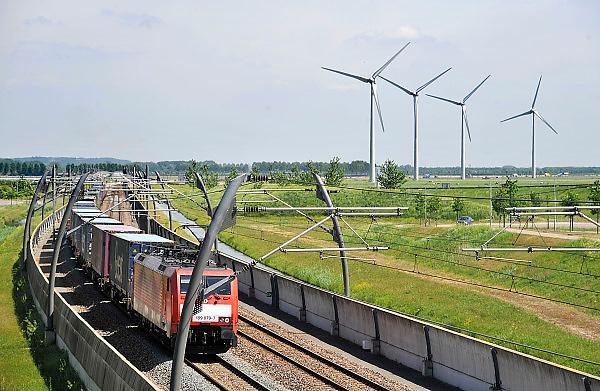 Nederland, Echteld, 11-5-2011Een goederentrein passeert over de betuweroute op weg naar Rotterdam. Windmolens staan in het landschap. Foto: Flip Franssen/Hollandse Hoogte
