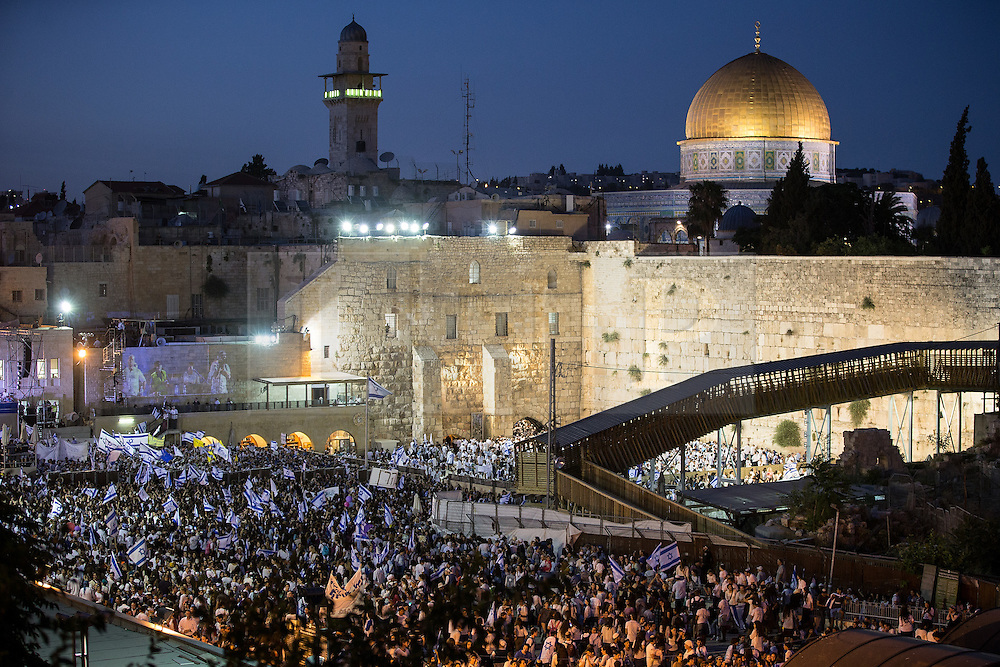 © Licensed to London News Pictures . 05/06/2016 . Jerusalem , Israel . Thousands of Jews in front of the Western Wall . Israeli Jews celebrate Jerusalem Day . Photo credit : Joel Goodman/LNP
