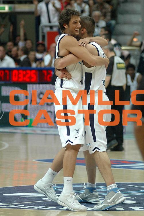 DESCRIZIONE : Bologna Lega A1 2005-06 Play Off Semifinale Gara 5 Climamio Fortitudo Bologna Carpisa Napoli <br /> GIOCATORE : Becirovic Belinelli <br /> SQUADRA : Climamio Fortitudo Bologna <br /> EVENTO : Campionato Lega A1 2005-2006 Play Off Semifinale Gara 5 <br /> GARA : Climamio Fortitudo Bologna Carpisa Napoli <br /> DATA : 11/06/2006 <br /> CATEGORIA : Esultanza <br /> SPORT : Pallacanestro <br /> AUTORE : Agenzia Ciamillo-Castoria/L.Villani