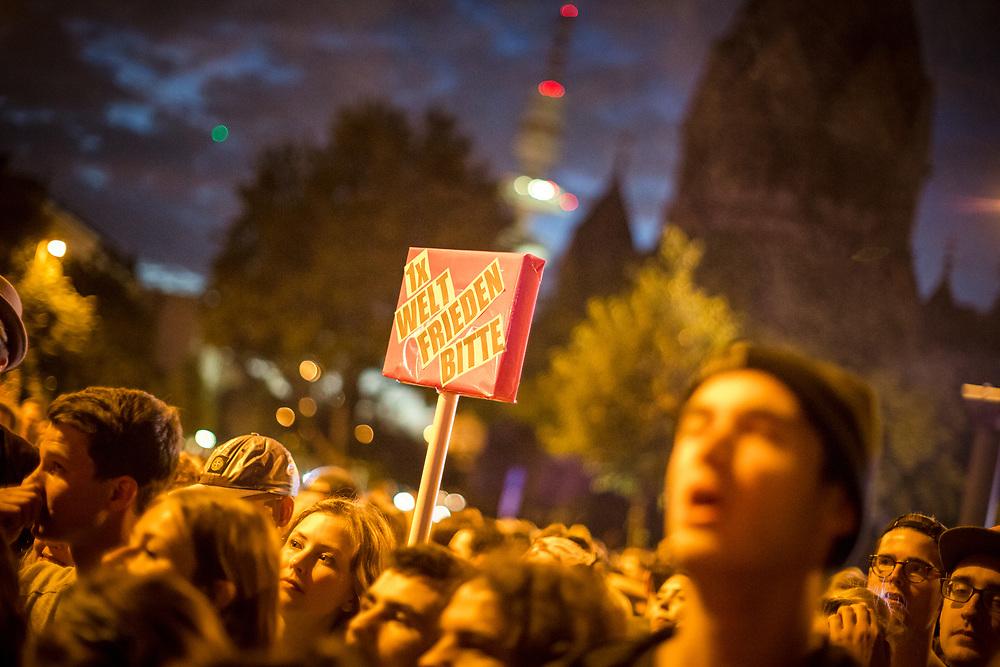 """Im Anschluss an die Nachtanzdemo """"Lieber tanz ich als G20"""" kam es zu einem Spontankonzert von """"Die Beginner"""" und """"Samy Deluxe""""."""