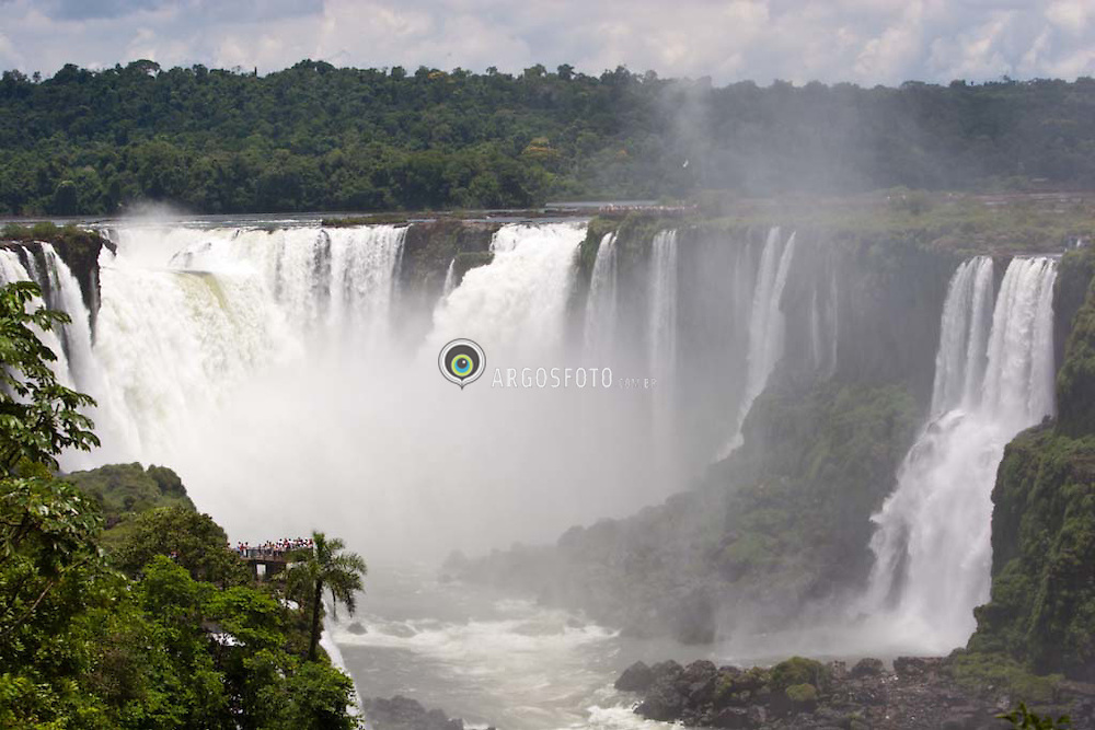 Foz do Iguacu, Parana, Brasil. 01/2007.Cataratas do Iguacu localizam-se no Parque Nacional do Iguacu, (Brasil) e no Parque Nacional Iguazu (Argentina)/ Iguassu Falls.The waterfall system consists of almost 300 falls, with heights of up to 70 meters, along 2.7 kilometres of the Iguassu River. The Falls are shared by the Iguazu National Park (Argentina) and Iguacu National Park (Brazil). These parks were designated UNESCO World Heritage Sites in 1984 and 1986 respectively..Foto © Marcos Issa/Argosfoto.www.argosfoto.com.br