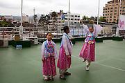 """Kinder vorbereitet für eine Probe zur Buddha Laternen Parade. Die Feierlichkeiten von Buddhas Geburtstag (2. Mai diesen Jahres) gehen über eine ganze Woche - die Tempel und Strassen des Landes werden in dieser Zeit mit bunten Lampions dekoriert.<br /> <br /> Children prepared for a rehearsel for the Buddhist Lantern Parade. In Korea the birthday of Buddha is celebrated according to the Lunisolar calendar. This day is called """"Seokga tansinil"""", meaning """"the day of Buddha's birthday"""". The celebration is taking place for one week."""