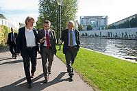 03 SEP 2010, BERLIN/GERMANY:<br /> Birgit Marschall (L), Redakteurin Rheinische Post, Thomas de Maiziere (M), CDU, Bundesinnenminister, und Dr. Gregor Mayntz (R), Redakteur Rheinische Post, Intervirew waehrend einem Spaziergang von der Bundespressekonferenz zum Bundesinnenministerium, im Hintergrund: das Bundeskanzleramt<br /> IMAGE: 20100903-01-030<br /> KEYWORDS: Thomas de Maizière