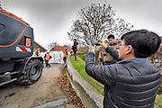 Nedertland, Dreumel, 1-12-2018Om klaar te zijn voor extreem hoogwater oefenen zo'n 300 vrijwilligers en medewerkers van Waterschap Rivierenland vandaag een bedreigende hoogwatersituatie op de grote rivieren en op zee bij een westerstorm. Dijkwachten lopen de dijken langs de grote rivieren nauwkeurig na, in het gehele werkgebied tussen de Duitse grens tot aan Kinderdijk. Bij Dreumel wordt een denkbeeldige gevaarlijke situatie geoefend bij een coupure waarvan de schotten kapot bleken te zijn.De opening wordt met zand en zandzakken afgeloten. Een delegatie uit Singapore die vanuit Tiel wordt rondgeleid krijgt uitgelegd wat er gebeurt.Foto: Flip Franssen