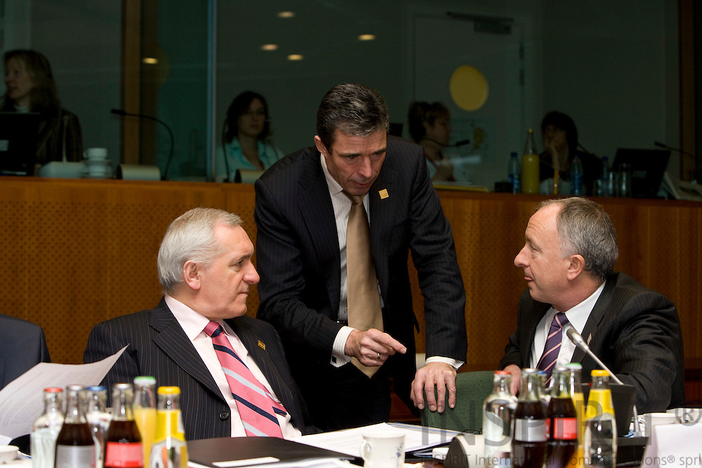 BRUSSELS - BELGIUM - 14 DECEMBER 2007 -- EU SUMMIT -- The Danish Prime Minister Anders Fogh RASMUSSEN (Mi) talking with his Irish counterpart at the beginning of the meeting, Bertie AHERN (Le), Prime Minister and Dermot AHERN (Ri) Minister for Foreign Affairs.. Photo: Erik Luntang