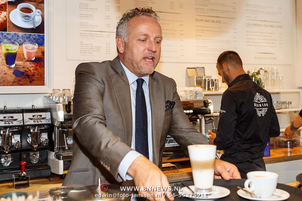 NLD/Amsterdam/20150901 - Cheque overhandiging door Gordon Heuckeroth met opbrengst verkochte producten voor het Diabetesfonds