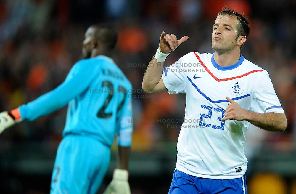 01-06-2010 VOETBAL: NEDERLAND - GHANA: ROTTERDAM<br /> Nederland wint vrij eenvoudig de oefenwedstrijd van Ghana / Rafael van der Vaart scoort de 2-0<br /> &copy;2010-WWW.FOTOHOOGENDOORN.NL