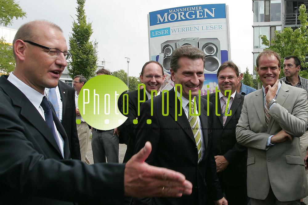 Mannheim. Die Tageszeitung Mannheimer Morgen feiert Geburtstag. 60 Jahre &quot;MM&quot; und 20 Jahre Rhein-Neckar Fernsehen. ZUm gro&szlig;e Fest im &quot;Media Parkt&quot; laden die beiden &quot;Geburtstags-Unternehmen&quot;. Zahlreiche Besucher str&ouml;men auch bei teilweise sommerlichen Regenschauern &uuml;ber das Ge&auml;nde. Darunter auch Menisterpr&auml;sident G&uuml;nter H. Oettinger, der in der Festrede Zuvericht in die n&auml;chsten 60 Jahre legt und Lesefreude an die Zuh&ouml;rer appelliert. <br /> <br /> Bild: Markus Pro&szlig;witz<br /> ++++ Archivbilder und weitere Motive finden Sie auch in unserem OnlineArchiv. www.masterpress.org ++++